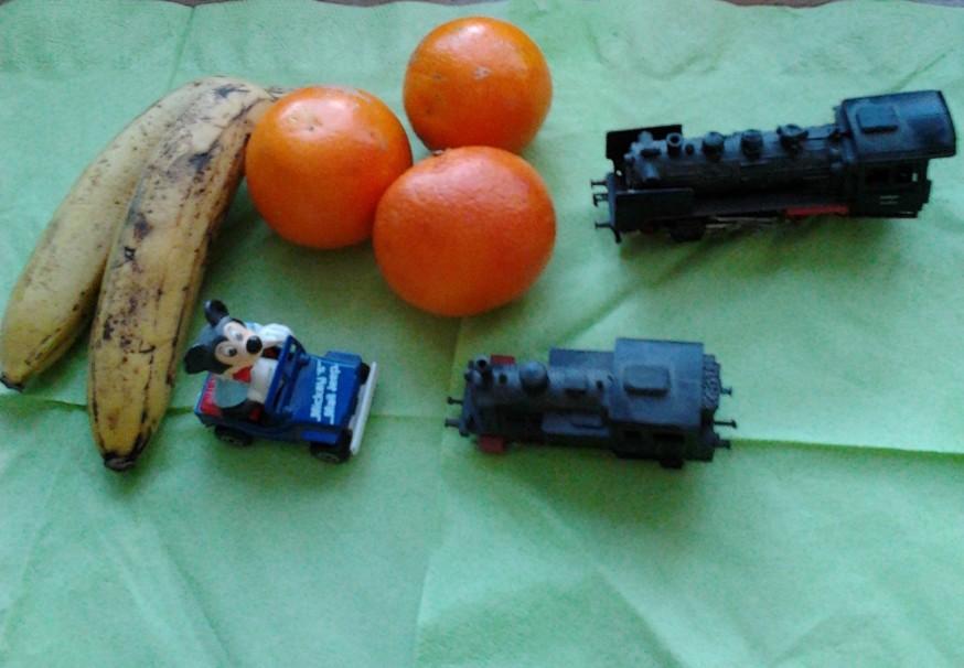 Pojkleksaker, apelsiner och bananer